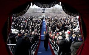 El PresidenteObama antel a multitud  frenteal Capitolio