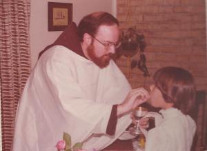 El Padre Sean O`Malley dàndole la primera comunión a mi hija Cristina en nuestro hogar en Maryland
