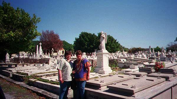 Mi hermana Luía y yo junto a la tumba de nuestro padre. Cementerio de Colón, 1999