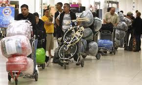 Cubanos en el aeropuerto de Miami despachando el equipaje para viajar a la Isla