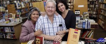 Juan Manuel Salvat en la Libería Universal junto a su esposa Marta y su hija Martica