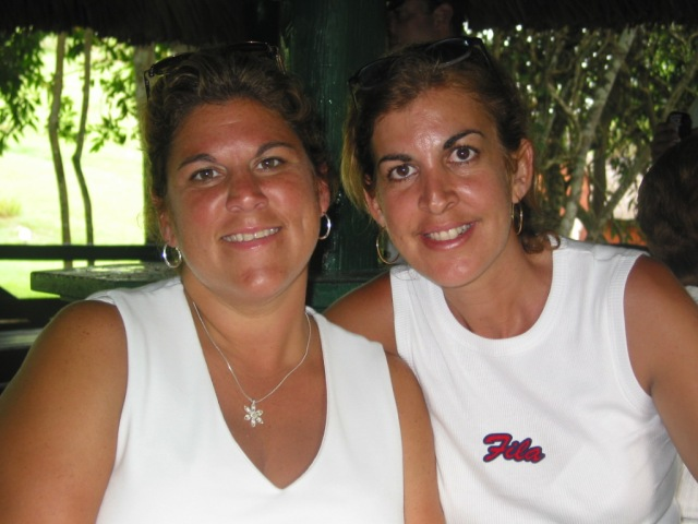 Uvi y su prima Betty muestran un innegable parecido de familia,Pinar del Rio, 2004.