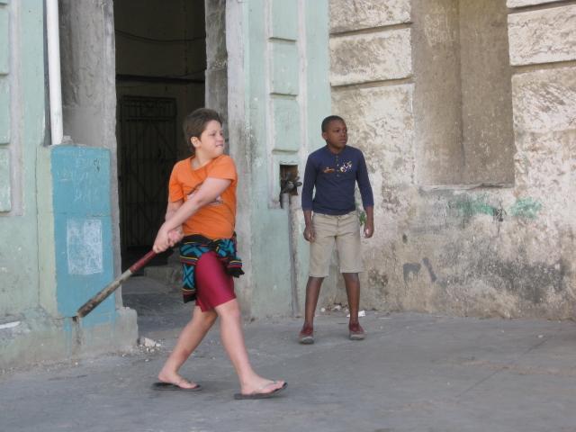 Niños cubanos jugando a la pelota en las calles de La Habana