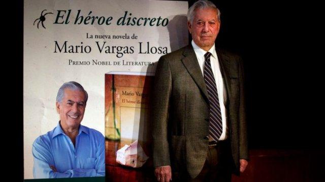 Mario Margas Llosa, Premio Nobel de Literatura, junto a la portada de su nueva novela