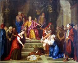 El Rey Salomón amenenza con cortar al niño en dos para saber cuál es su verdadera madre