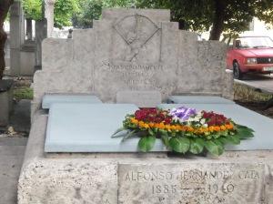 Ofrenda de flores sobre la tumba del arquero