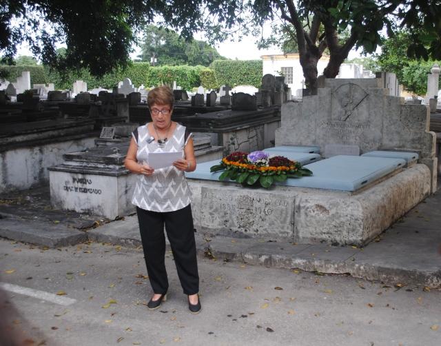 Cira Romero ante la tumba de Hernández- Catá el 8 de noviembre de 2013