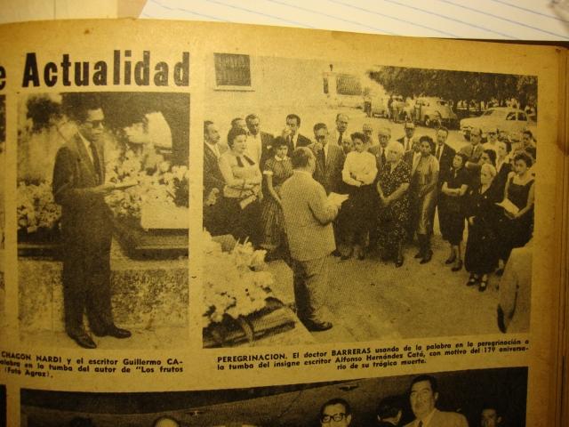 Antonio Barreras y Guillermo Cabrera Infante hablan ante la tumba de AHC en 1957 (Uva de Aragón puede verse en la audiencia con vestido con cuello y filo blanco en las mangas)