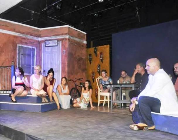 Ulises Rodriguez Febles y los actores conversan con la audiencia tras la puesta en escena
