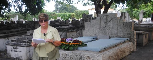 Uva de Aragón habla ante la tumba de su abuelo, Alfonso Hernández-Catá