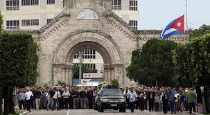 Miembros de la iglesia y feligresos acompañan a Monseñor Céspedes a su morada final en el Cementerio de Colón