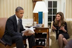 María Shriver muestra al Presidente Obama  el informe sobre la precaria situación de muchas mujeres en Estados Unidos