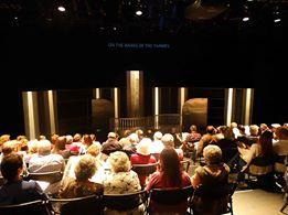 """Vista parcial de la audiencia que colmó el teatro durante las cuatro funciones de """"Al pie del Támesis""""."""
