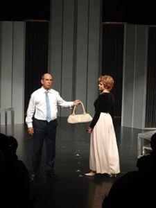 """Marilyn Romero y Julio Rodriguez durante la puesta en escena de """"Al pie del Támesis"""""""