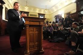 Chris Christie duraante la conferencia de prensa en que anunció el despido de los responsables por el cierre parcial del puente