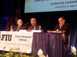Jorge Duany, Director del CRI, Leonardo Padura y el historiador Javier Figueroa en FIU