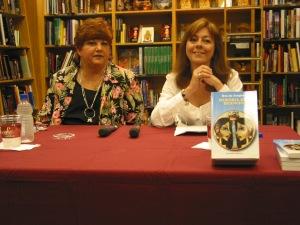 """Uva de Aragón con Mayra Montro durante la presentación de """"Memoria del silencio"""" en San Juan en 2003"""