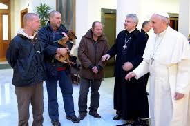 El Papa Francisco comparte con los humildes
