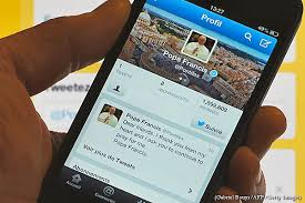 """El Papa, moderno, utiliza las redes sociales, como los """"tweets"""""""