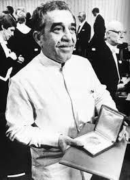 Gabriel Garcia Marquez el día que recibió el Premio Nobel de Literatura vistiendo un liqui liqui blanco