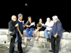 Poetas y trovadores rinden homenaje a Gastón Baquero en el malecón de La Habana