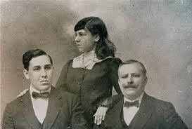 Mi abuela Marcedes (Lila) con su hermano Alberto y su padre Waldo A. Insúa, ambos escritores