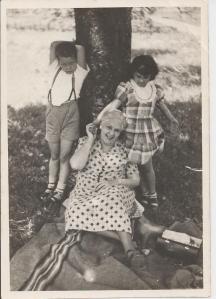 Mama Lila con su nieto Ernestico (Ernesto Hernández-Catá) y conmigo, Ginebra, 1950