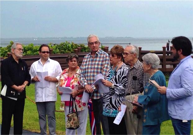 """Los poetas en Miami leen """"Testamento de pez"""" de Gastón Baquero, foto de Jorge Pino"""