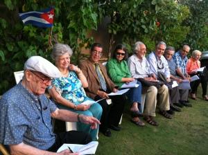 """Cristóbal Díaz-Ayala y un grupo de poetas y escritores en San Juan leen """"Testamento del pez"""""""