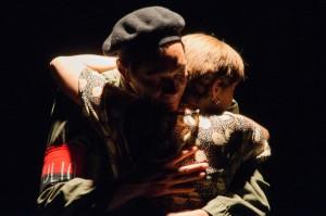 """Lázaro abraza a su esposa Menchu en un dramático momento de """"Memoria del silencio"""""""