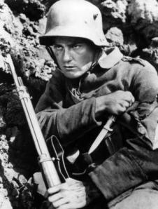 """El actor Lew Ayres en una escena del filme """"Sin novedad en el frente"""".de 1930 (AP)"""