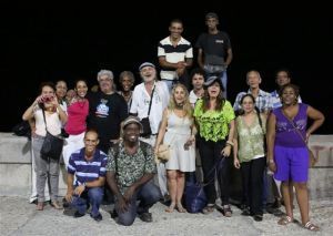 Grupo reunido en el Malecón para conmemorar el centenario de Julia de Burgos. En segunda fila, con camiseta negra, el cantautor Mario Darias