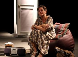 Lucrecia Baldasarre, en el papel de Menchu, que viaje a Miami desde La Habana para visitar a su hermana, tras una separación de cuarenta años