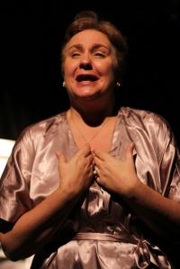 Soraya Siverio en el papel de Lauri, en el momento que recuerda cuando recibió la noticia de la muerte de Mama Luya, la abuela que no volvió a ver desde el día que salió de Cuba