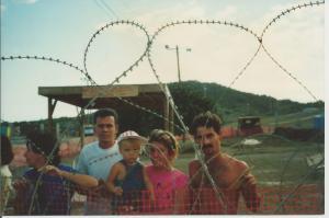 Refugiados cubanos tras alambres de púas