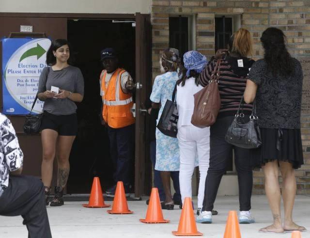 Varias personas hacen fila en un centro de votación en las elecciones de este martes en Miami. Foto: Lynne Sladky