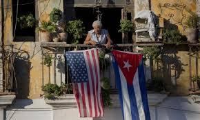 Las banderas de Cuba y Estados Unidos en un balcón habanero