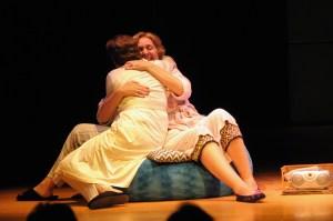 """Dos hermanas se funden en un abrazo en mi obra de teatro """"Memoria del silencio"""""""