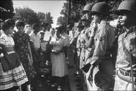 El Presidente Eisenhower envió en 1957 a la guardia nacional a Little Rock, Arkansas, para proteger a los estudiantes negros
