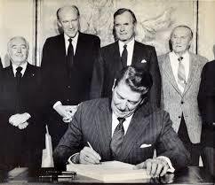 El Presidente Reagain el 6 de noviembre de 1986 firmando el decreto con el  que concedió amnistía a tres millones de inmigrantes