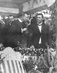 El Presidente Thedore Roosvelt fue el primero en invitar a un líder afroamericano, Booker T. Washington, a una cena en la Casa Blanca en 1901