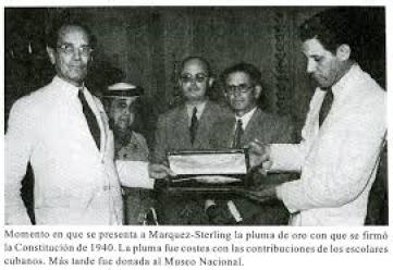 Entrega de la pluma con que se firmó  la Constitución a Carlos Marquez Sterling quien presidio la Asamblea, tras la renuncia a ese cargo de Ramón Grau San Martín
