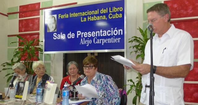 """Lectura con mi traductor, Jeffry Barnett de un pasaje de """"Memoria del siilencio"""". En el panel, de izquierda a derecha, las escritoras Mirta Yáñez y Maria Elana  Llana y la editor< Sara Cooper."""
