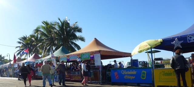 Los cubanos compran en los muchos timbiriches de comida que hay en la Feria