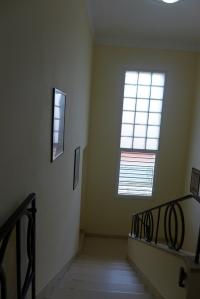 Parada en el rellano de la escalera, mire hacia arriba y ví a mi abuela por última vez. La imagen me acompaña desde entonces.