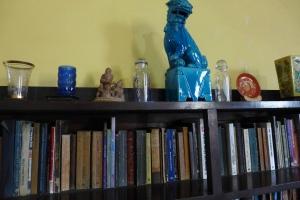 Muchos llibros, adornos y muebles permanecen en el mismo lugar despúes de más de cincuenta años