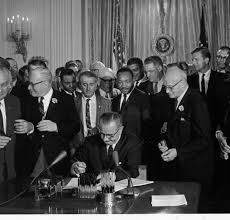 "El Presidente Lyndon B. Johnson firma el ""Civil Rights Act Bill"", que trajo grandes cambios sociales sl país"