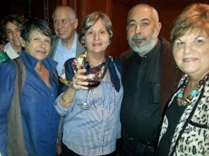 Padura rodeado de amigos y admiradores. Miami 2014. (Elena y Carmelo Mesa Lago, Silvia Figueroa, Leonardo Padura y Uva de Aragón)