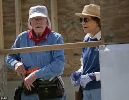 Jimmy Carter y su esposa Rosalynn trabajan construyendo casas para los más necesitados