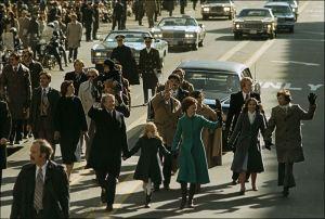 El Presidente Jimmy Carter camina por las calles de Washington después de la ceremonia de inauguración de su Presidencia en enero de 1977,  junto a la Primera Dama Rosalyn y su hija Amy